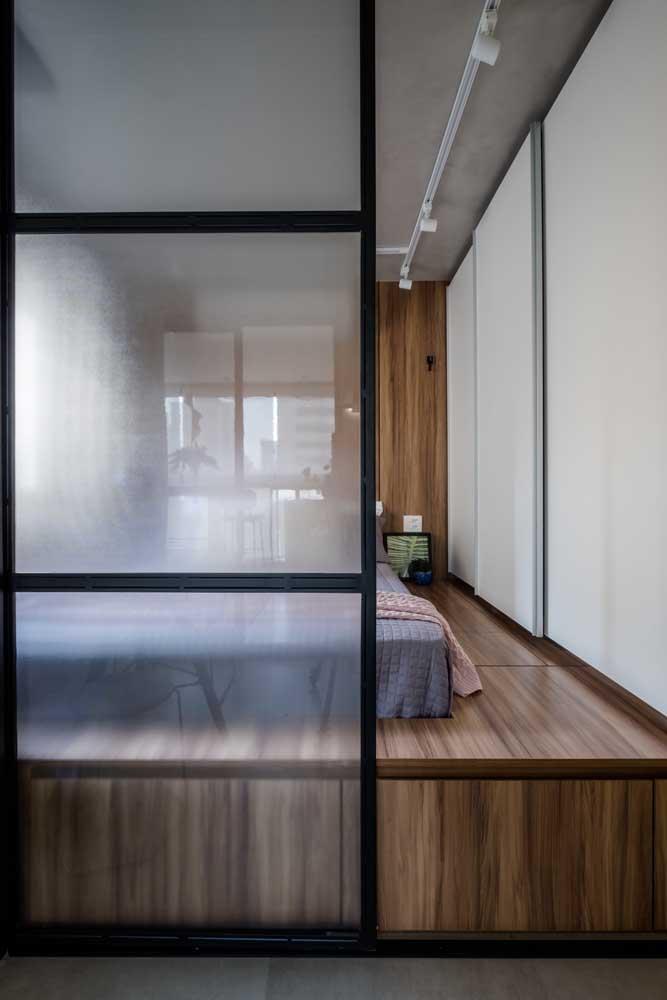 Uma porta de vidro para dar acesso ao quarto do casal.