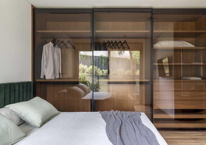 Já pensou ter um guarda-roupa minimalista como esse dentro do seu quarto?