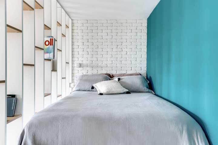 De um lado uma parede pintada na cor de sua preferência. Do outro, uma parede com nichos para guardar seus objetos decorativos.