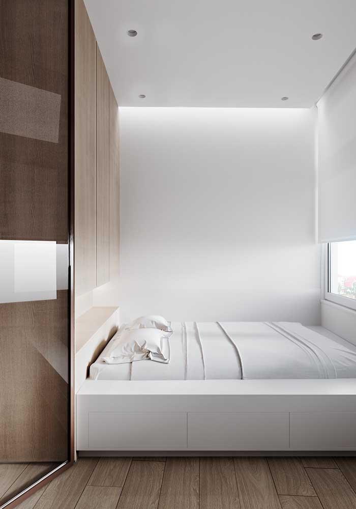 A iluminação é outro detalhe que faz uma enorme diferença na decoração do quarto pequeno.
