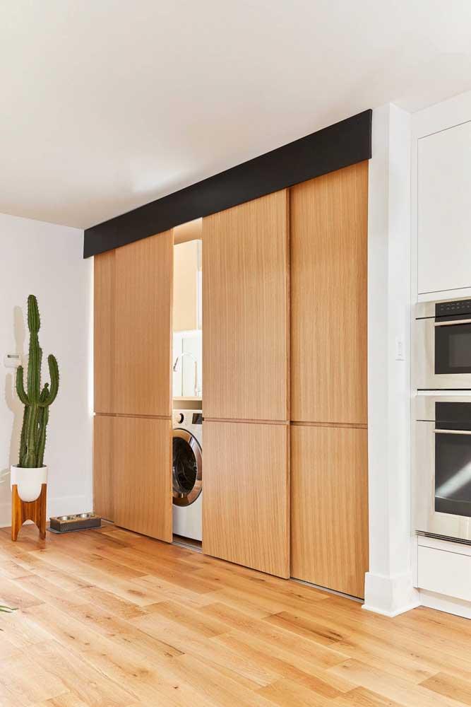 Quer esconder a área de serviço pequena dos convidados? Faça uma porta de correr e feche quando eles estiverem na sua casa.