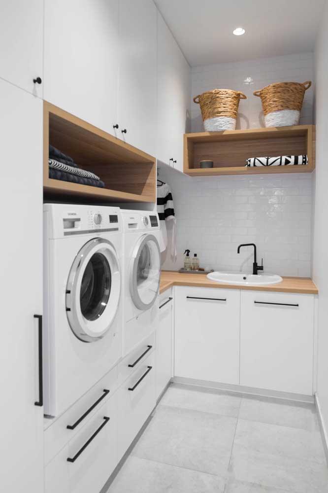 Área de serviço está muito relacionado com limpeza, então nada melhor do que decorar esse ambiente com cores claras.