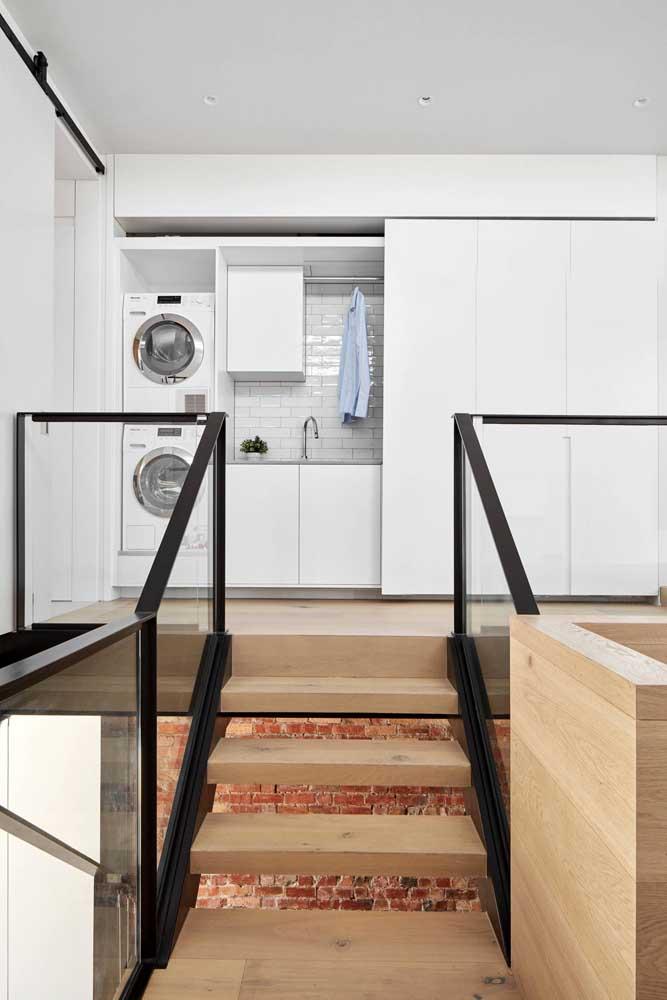 A máquina de lavar não pode faltar na área de serviço, mas prefira usar aquelas com abertura frontal.