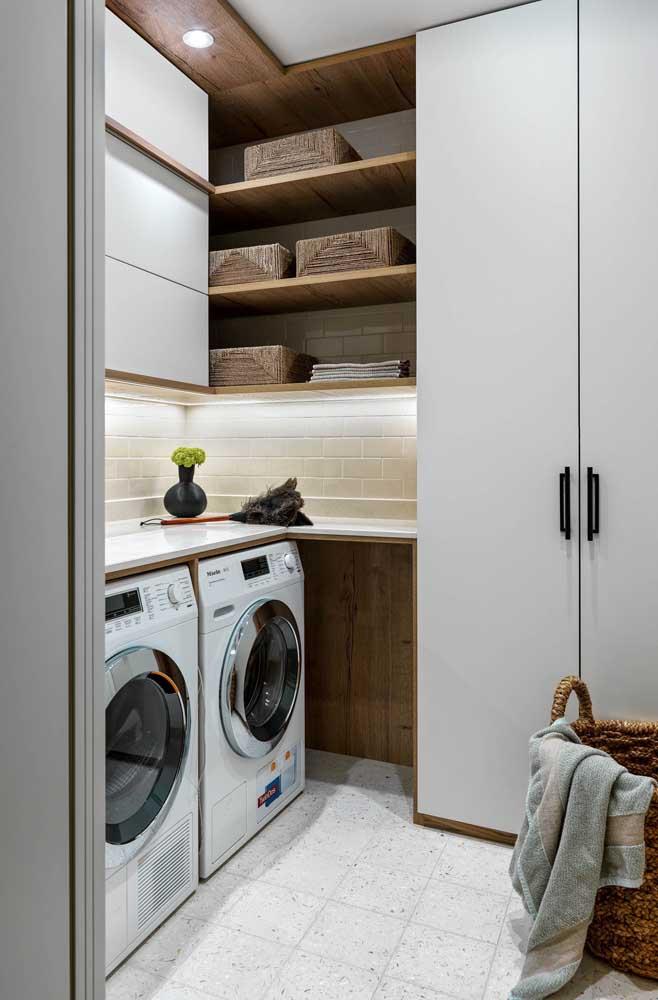 Coloque um balcão na parte de cima da máquina de lavar e aproveite o espaço para organizar os itens.