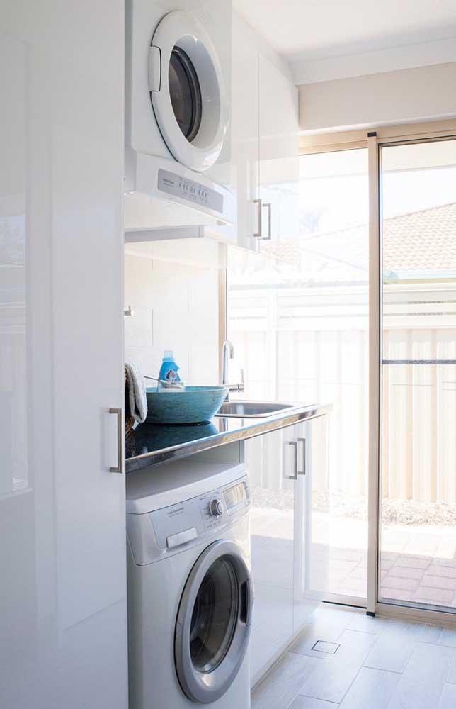 Que tal colocar a máquina de lavar embaixo e a máquina de secar suspensa?