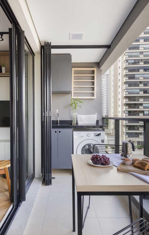 Se você tem uma grande sacada no seu apartamento, pode fazer uma divisória para instalar a área de serviço.