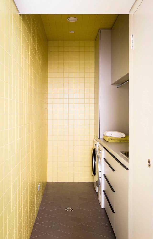 Use ladrilhos ou azulejo na parede da área de serviço pequena, mas selecione cores mais claras.