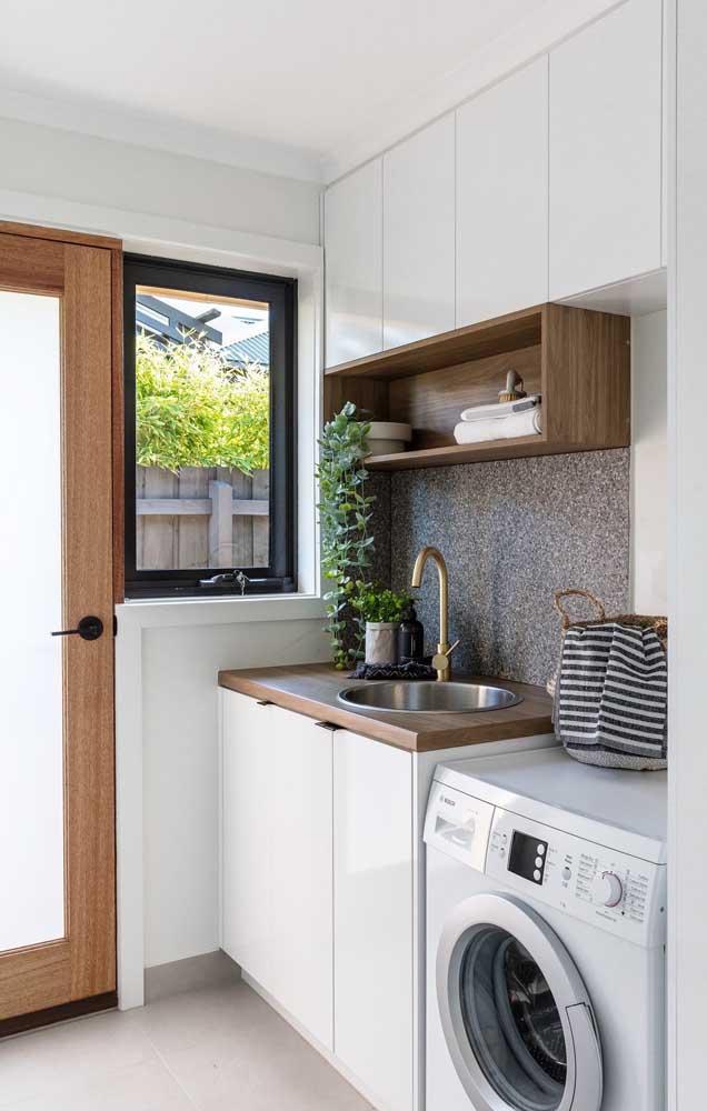 A cozinha é um bom cômodo para integrar com a área de serviço porque você pode aproveitar os móveis para os dois lugares.