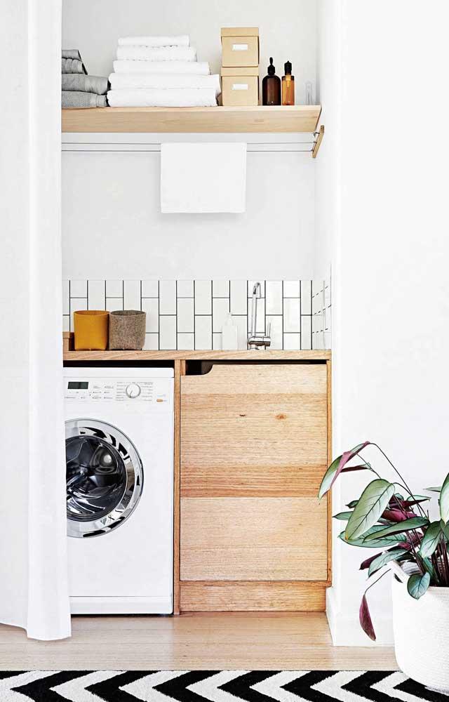 Móveis de madeira ajudam a deixar a área de serviço pequena mais estilosa e ao mesmo tempo rústica.
