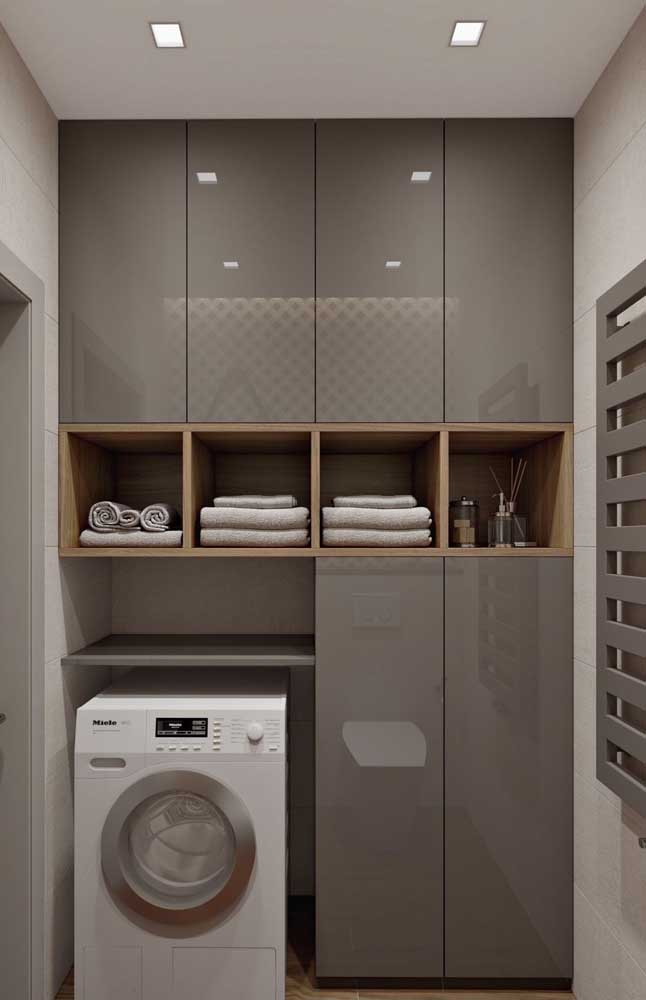 Coloque armários na área de serviço pequena para organizar todos os itens que fazem parte desse ambiente.