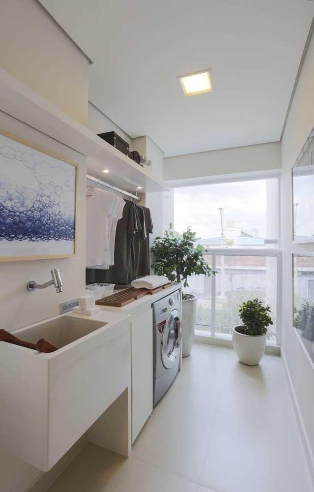 Aposte no varal suspenso em cima da máquina de lavar para ter mais espaço dentro da área de serviço.
