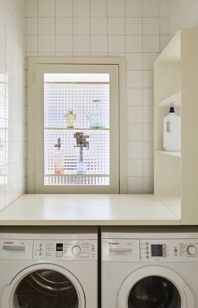 Uma boa ideia é fazer móveis planejados para colocar na área de serviço, já que o espaço é bem pequeno.
