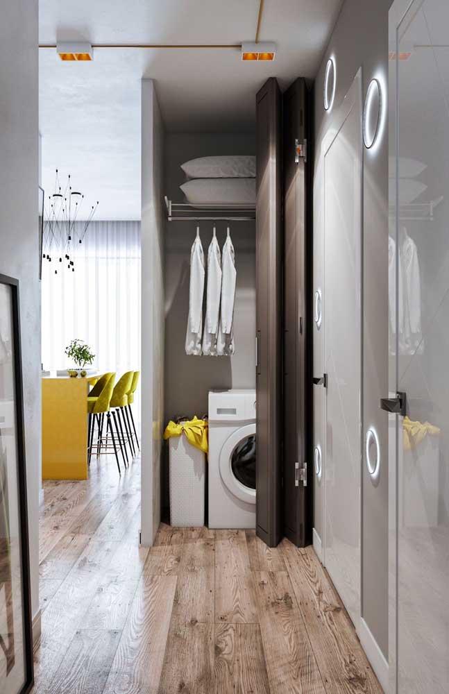 A área de serviço foi montada entre a sala de jantar e a cozinha aproveitando o piso estiloso.