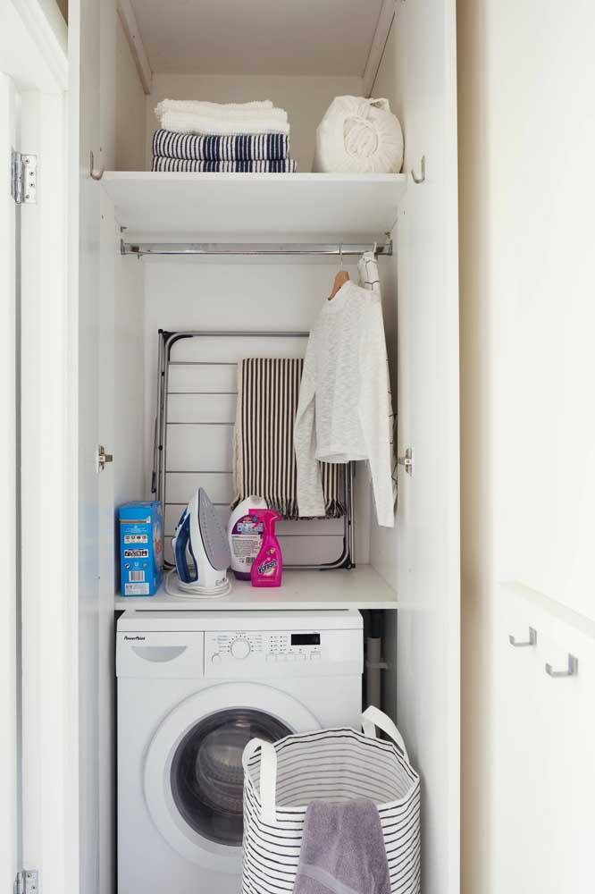Organize todos os itens da área de serviço na parte de cima da máquina de lavar e nas prateleiras.