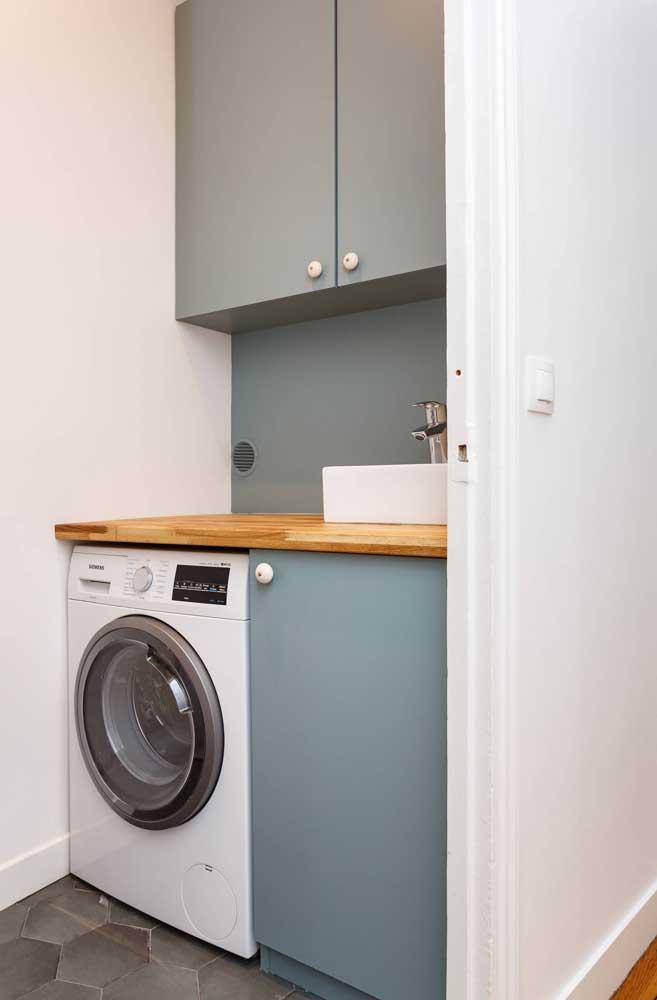 Contrate um profissional para fazer um armário planejado para a área de serviço pequena.
