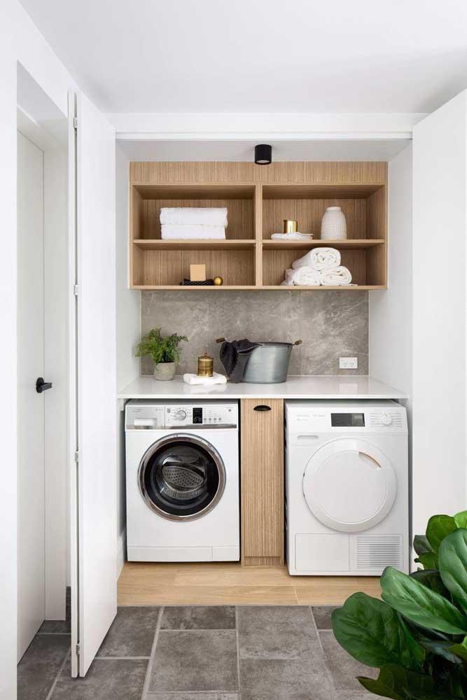 Monte a área de serviço com espaço para a máquina de lavar e a máquina de secar.
