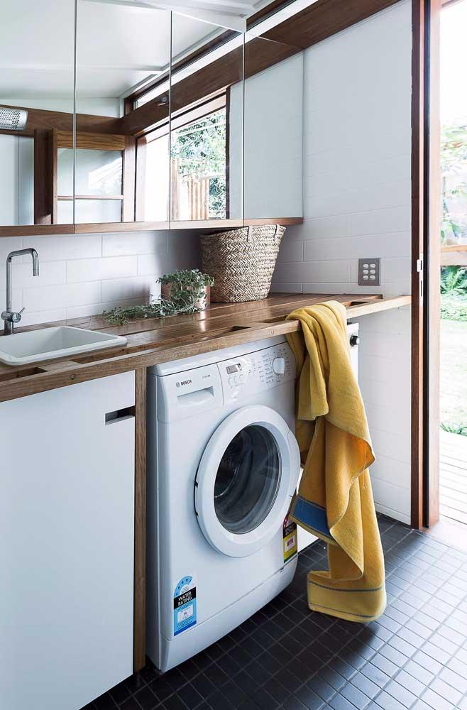 Como a área de serviço é úmida, o ideal é instalar esse cômodo próximo à área externa.