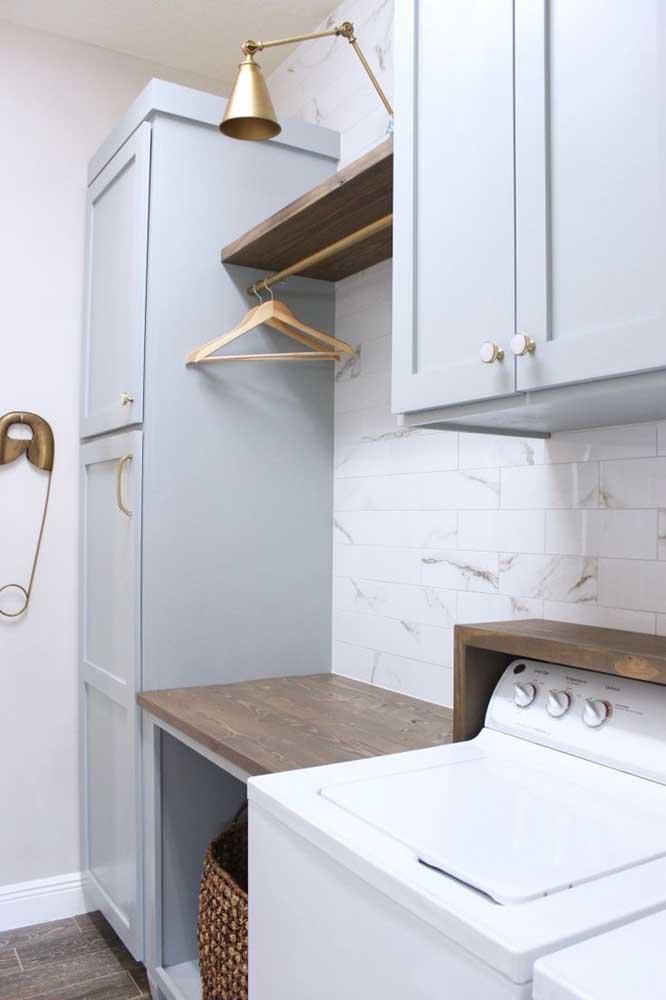 Você mesmo pode montar a sua área de serviço pequena simples com peças de madeira.