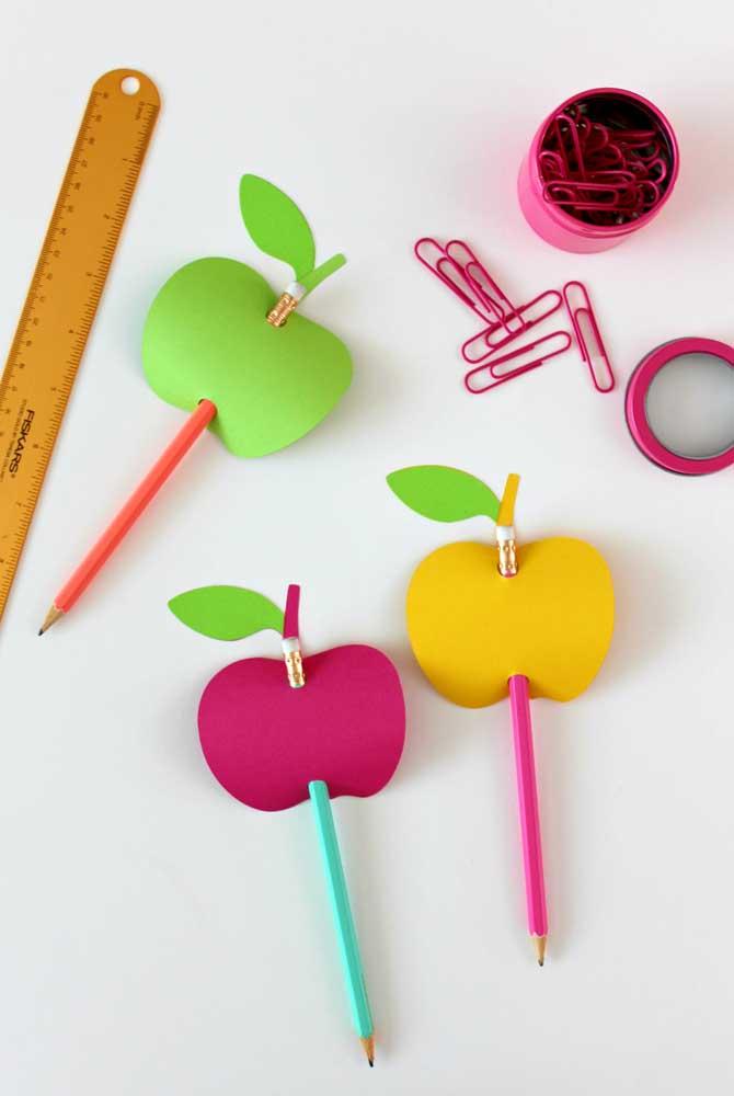 O EVA é uma ótima opção para decorar materiais escolares.