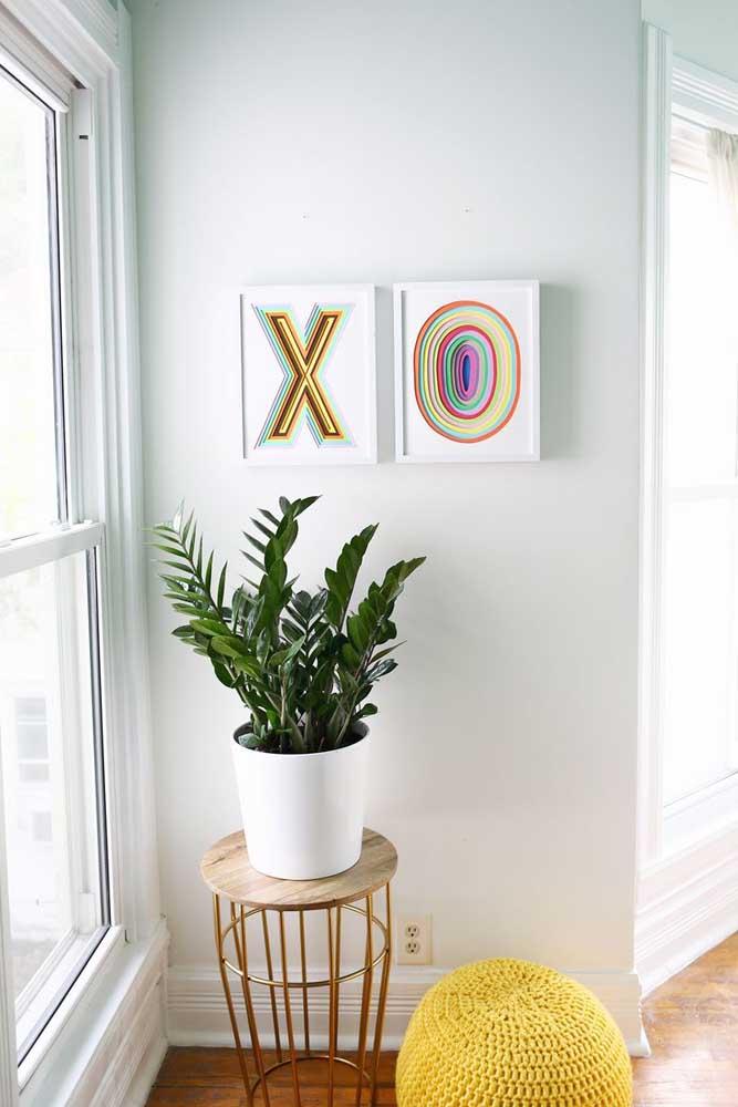 Se você quer algo mais original, pode fazer um quadro com EVA e acrescentar alguns itens decorativos.
