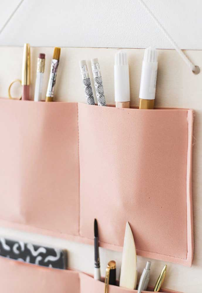 Organize seus materiais criativos ou maquiagem com peças feitas em EVA.