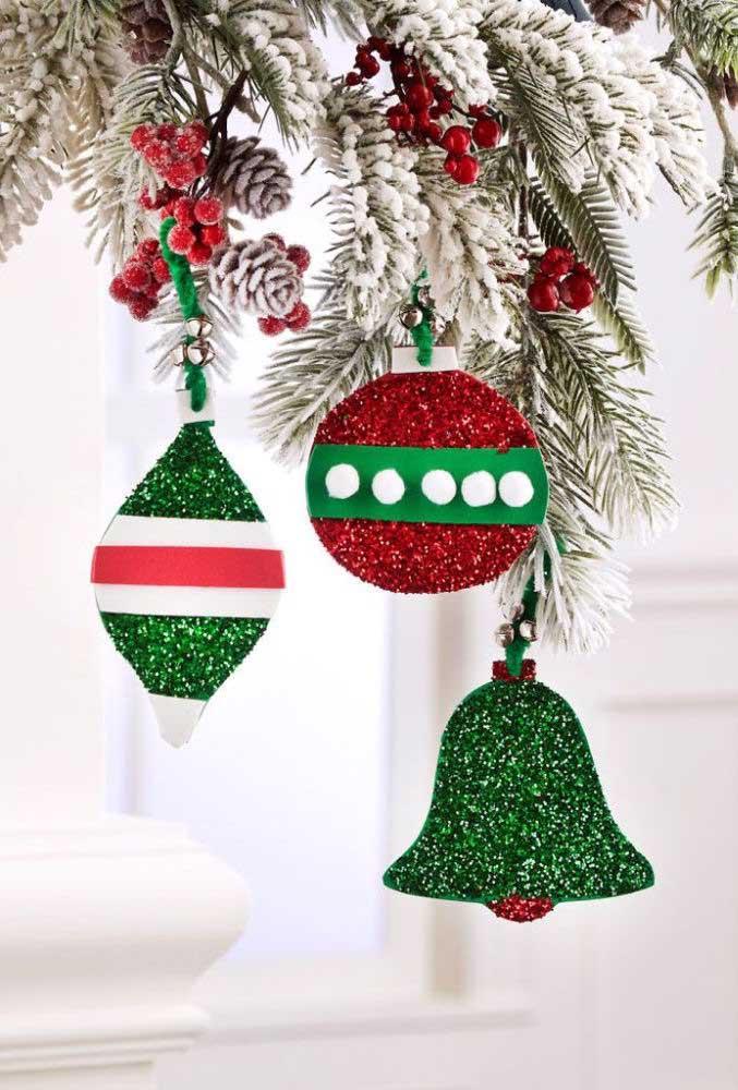 Que tal fazer alguns enfeites em EVA para colocar na árvore de natal?