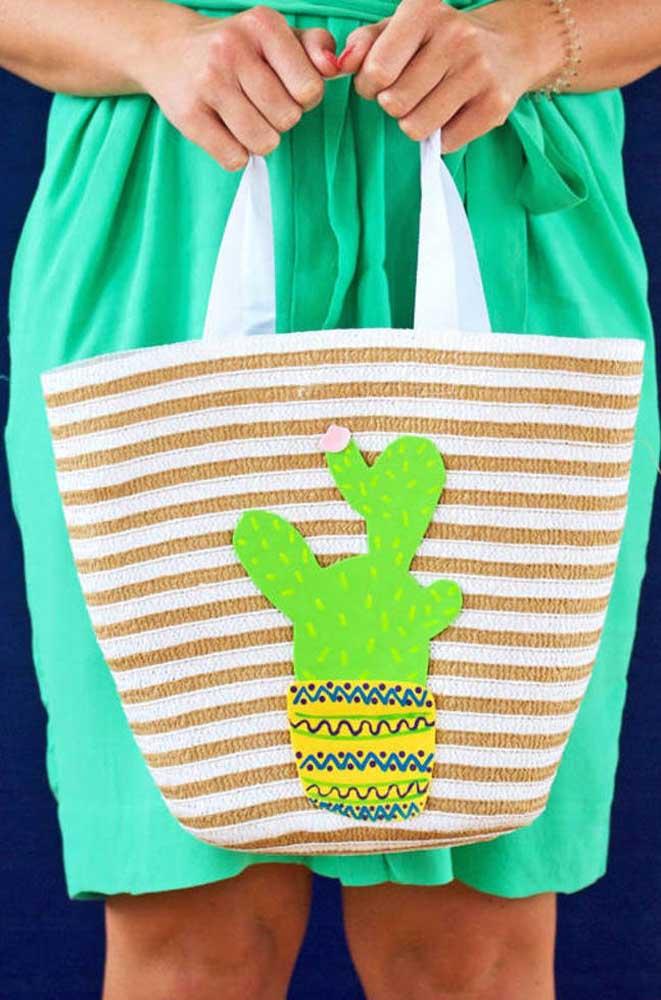 Vamos para a praia com essa bolsa toda estilosa feita de EVA?