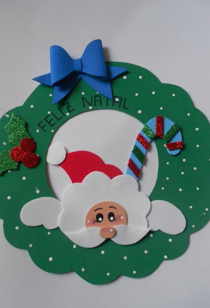 Você pode fazer enfeites natalinos para colar na parede.