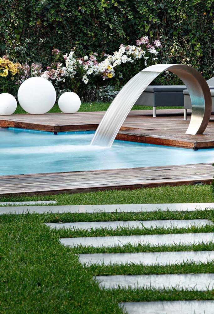 Esse modelo de cascata para piscina é bem moderno e diferenciado.