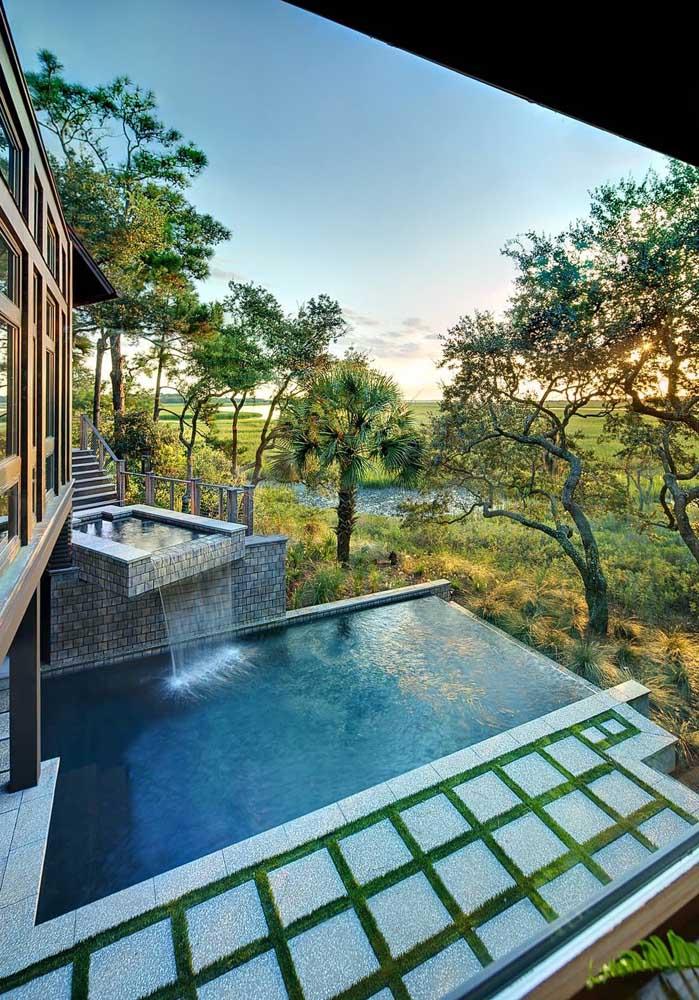A cascata para piscina combina muito bem com o ambiente externo arborizado.
