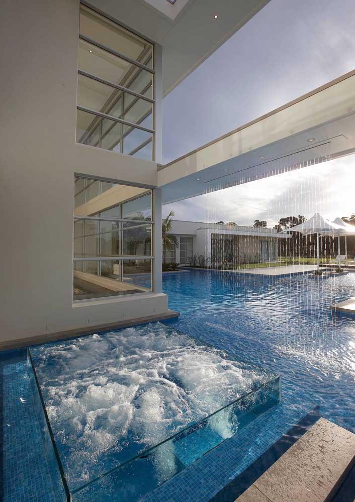 Olha que luxo essa cascata de vidro para piscina.