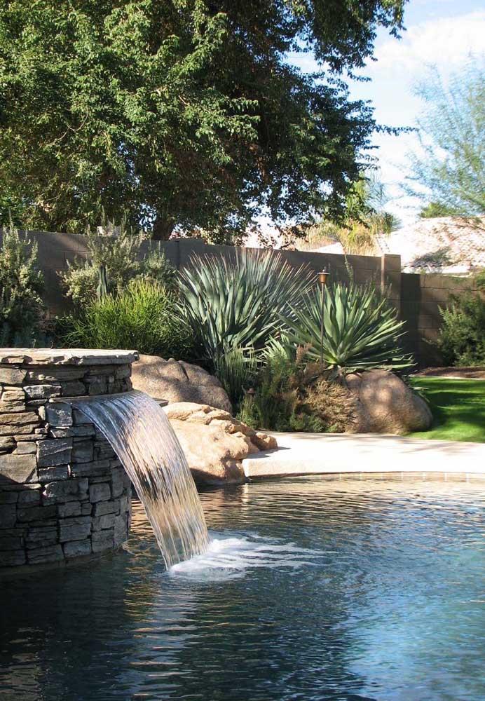 Para isso, o ideal é fazer uma cascata de pedra para piscina.