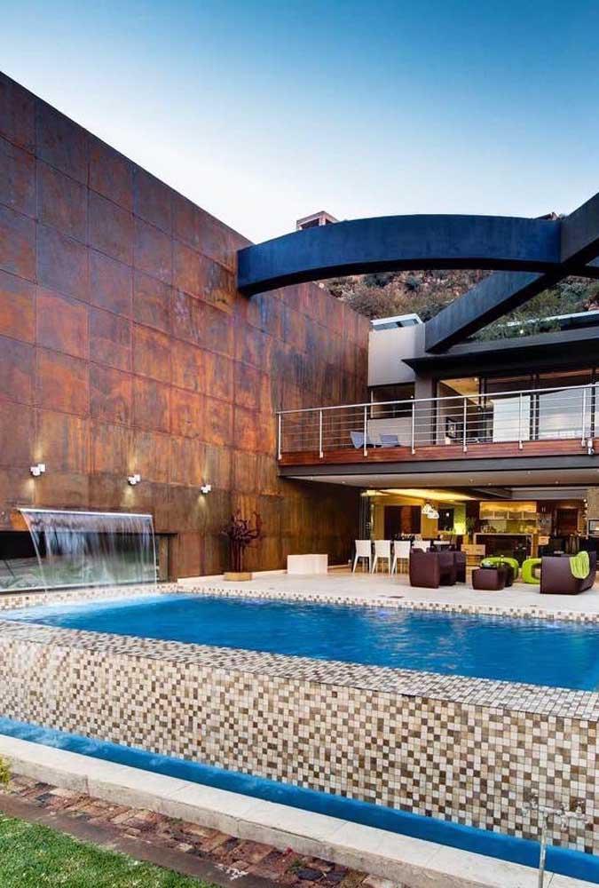 Quem não gostaria de ter uma cascata para piscina em casa?