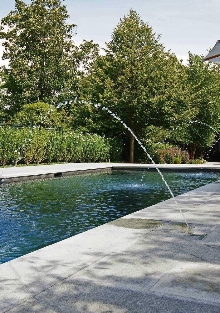 A pressão da cascata vai depender do tamanho da piscina.