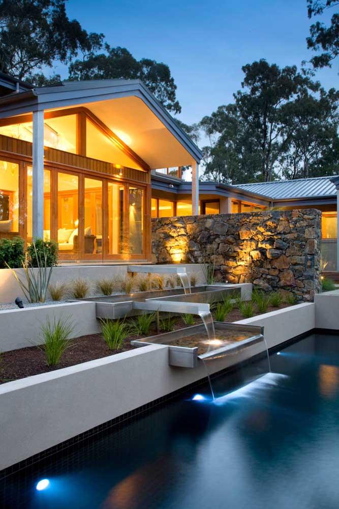 Uma bela iluminação é fundamental para manter a decoração na parte externa da casa.