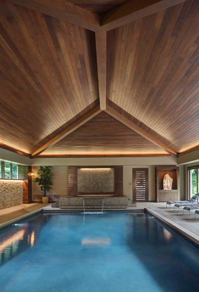 Quem disse que não dá para fazer uma cascata para piscina coberta?