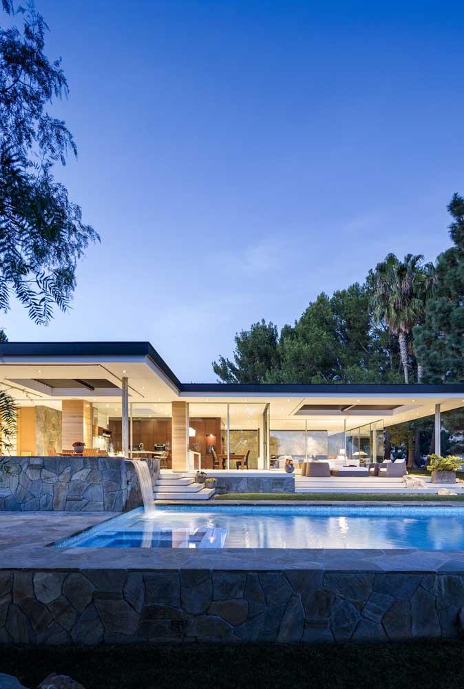 Para uma piscina de pedra, nada melhor do que investir em uma cascata de pedra.