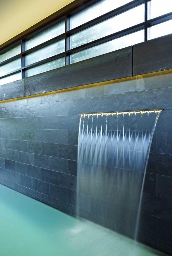 O que acha de investir em uma cascata de embutir para piscina?