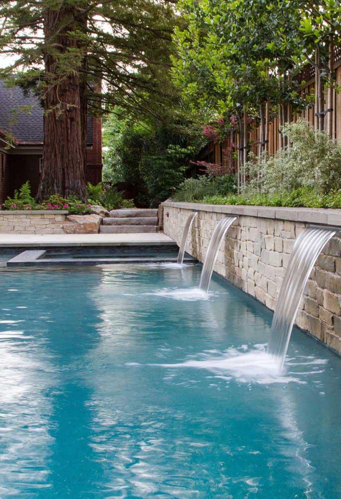 Ou aproveitar a parede de pedra para fazer cascata embutida.