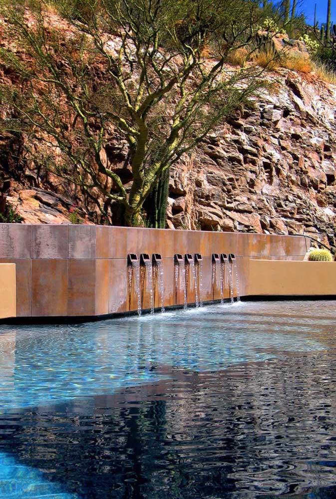 Existem vários modelos de cascata para piscina.