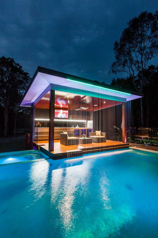 A cascata para piscina pode ser instalada em frente ao deck.