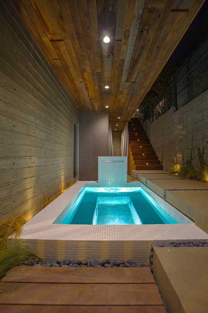 A cascata para piscina proporciona a homogeneização e oxigenação da água.