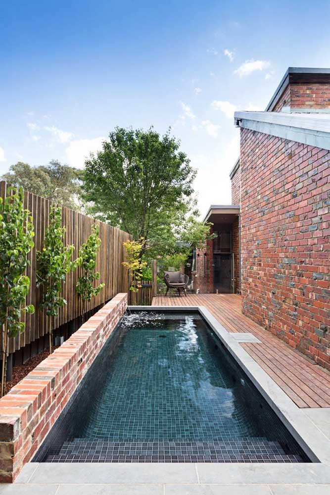 Uau! Que decoração mais linda na área da piscina.