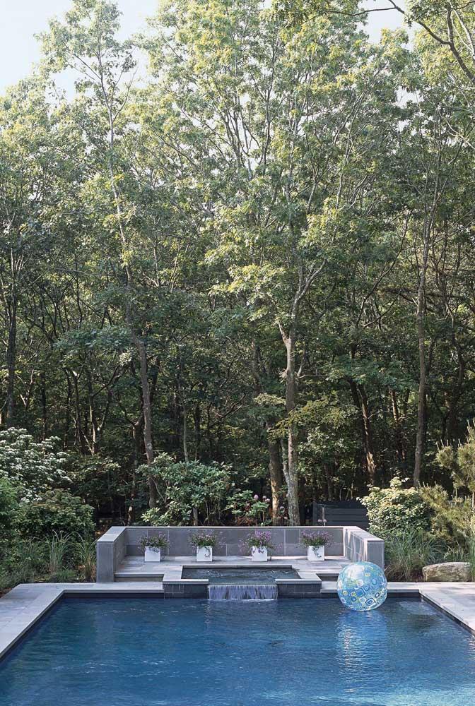 Nada melhor do que uma bela piscina no meio da floresta.