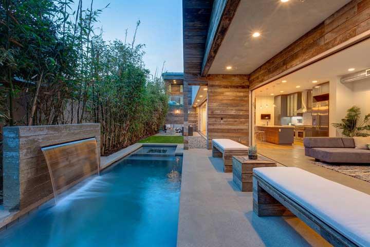 Que tal pegar um pedaço de madeira e instalar a cascata da piscina.