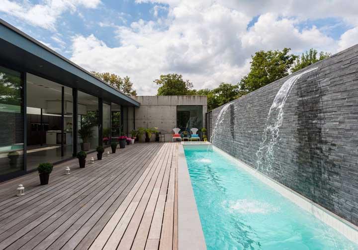 A cascata de parede para piscina é uma ótima opção para quem tem bastante espaço em casa.
