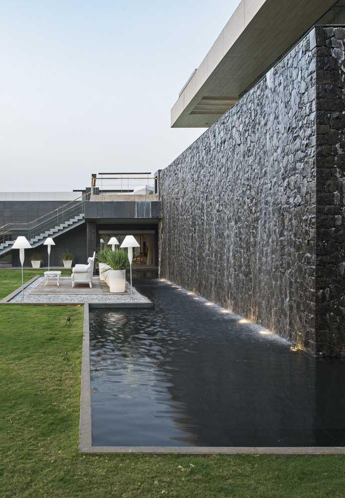 Quer fazer algo moderno e diferenciado? Escolha uma cascata para piscina com led.
