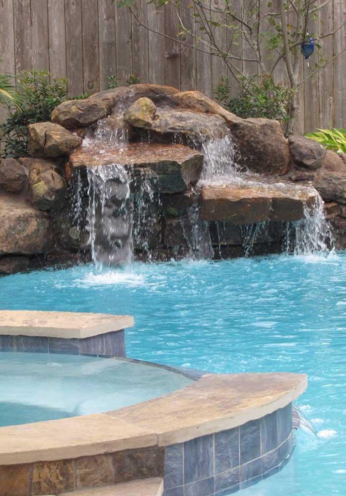Se você deseja algo mais natural, aposte na cascata de pedra para piscina.