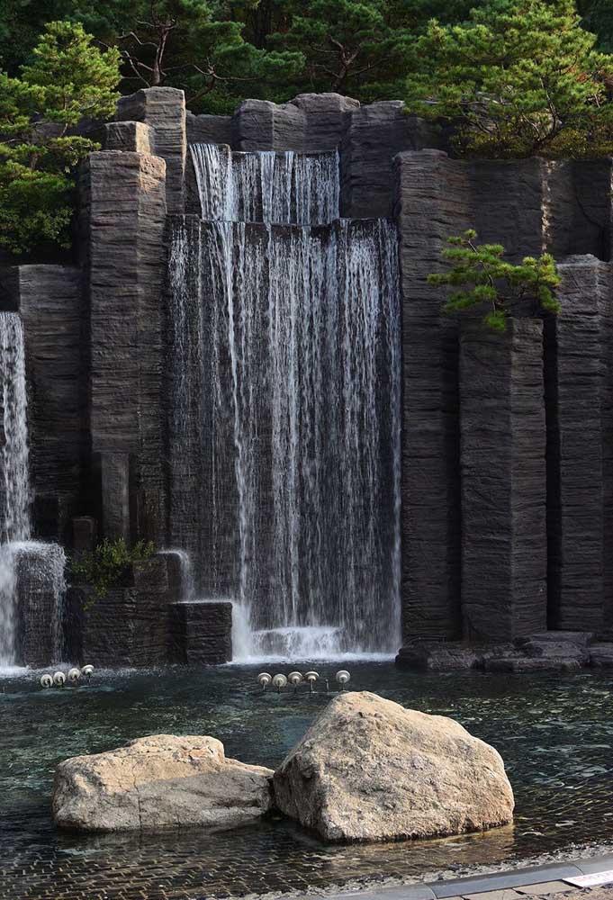 Outra opção de cascata de pedra para piscina, mas no modelo mais sofisticado.