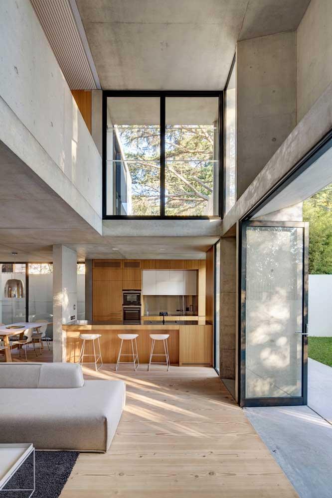 Mesmo em um ambiente mais amplo é possível integrar a cozinha americana com sala.